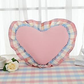 粉色格子爱心抱枕