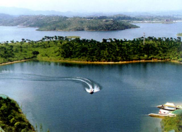 八仙岛度假村建有8幢欧式别墅和综合服务大楼,该岛与木兰湖鸟岛毗邻.
