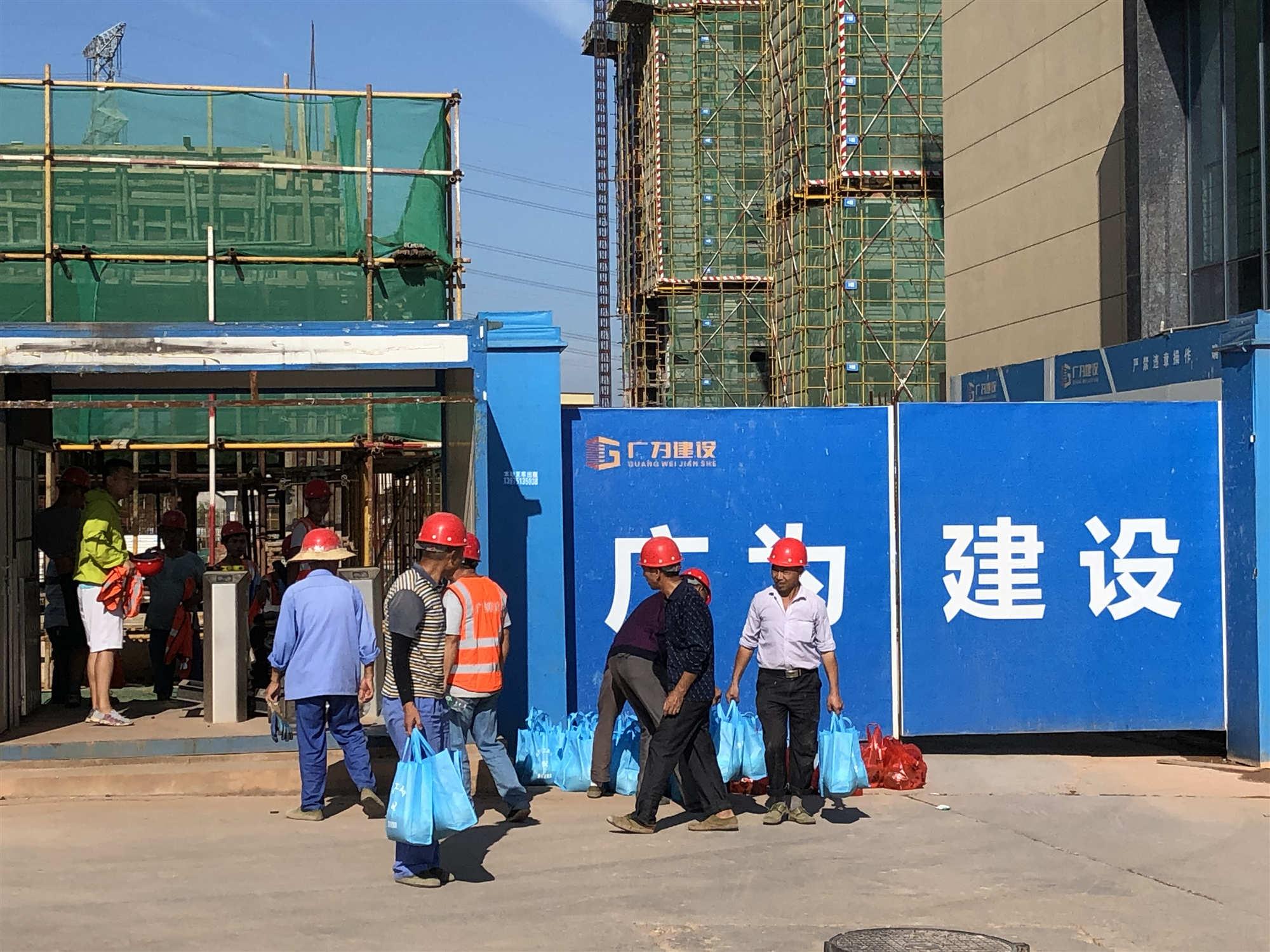 公司范俊坤总经理慰问公司项目一线农民工