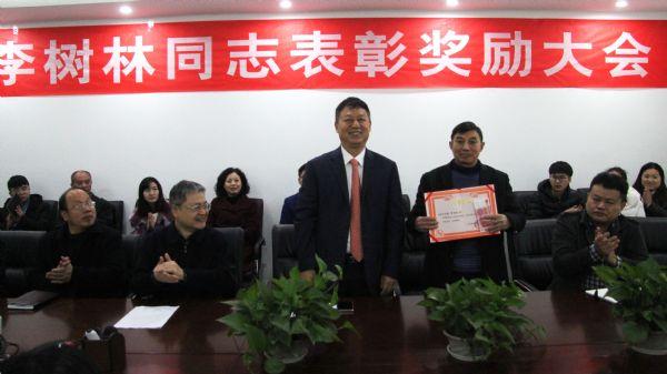 他为养猪人发声!大奖体育集团基层员工携养猪脱贫议案赴京开两会