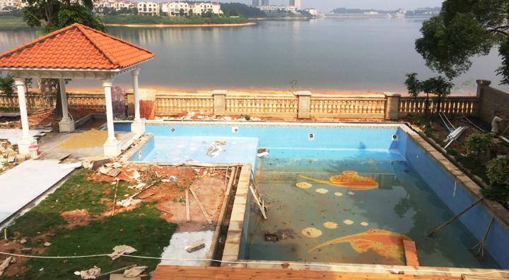 本游泳池位于水云天別墅區