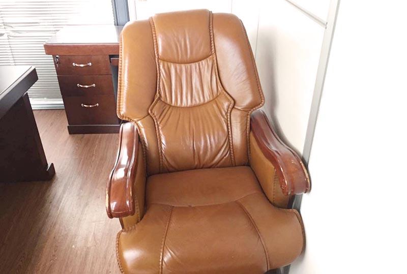 色彩明亮皮质大班椅、老板椅