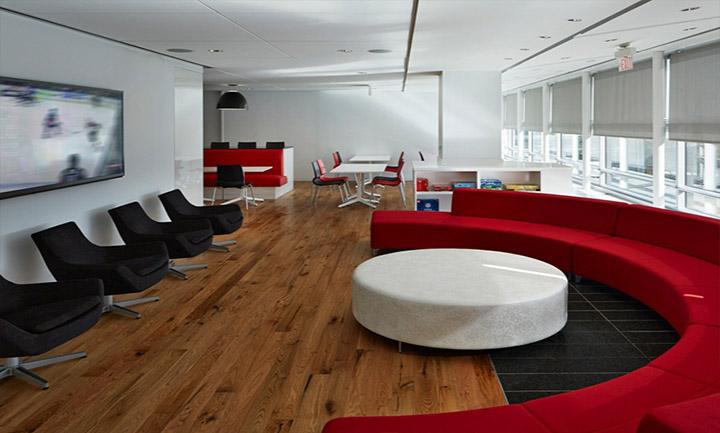 黑色单人沙发与红色圆弧造型沙发相对摆放,白色圆形茶几与弧形红沙发