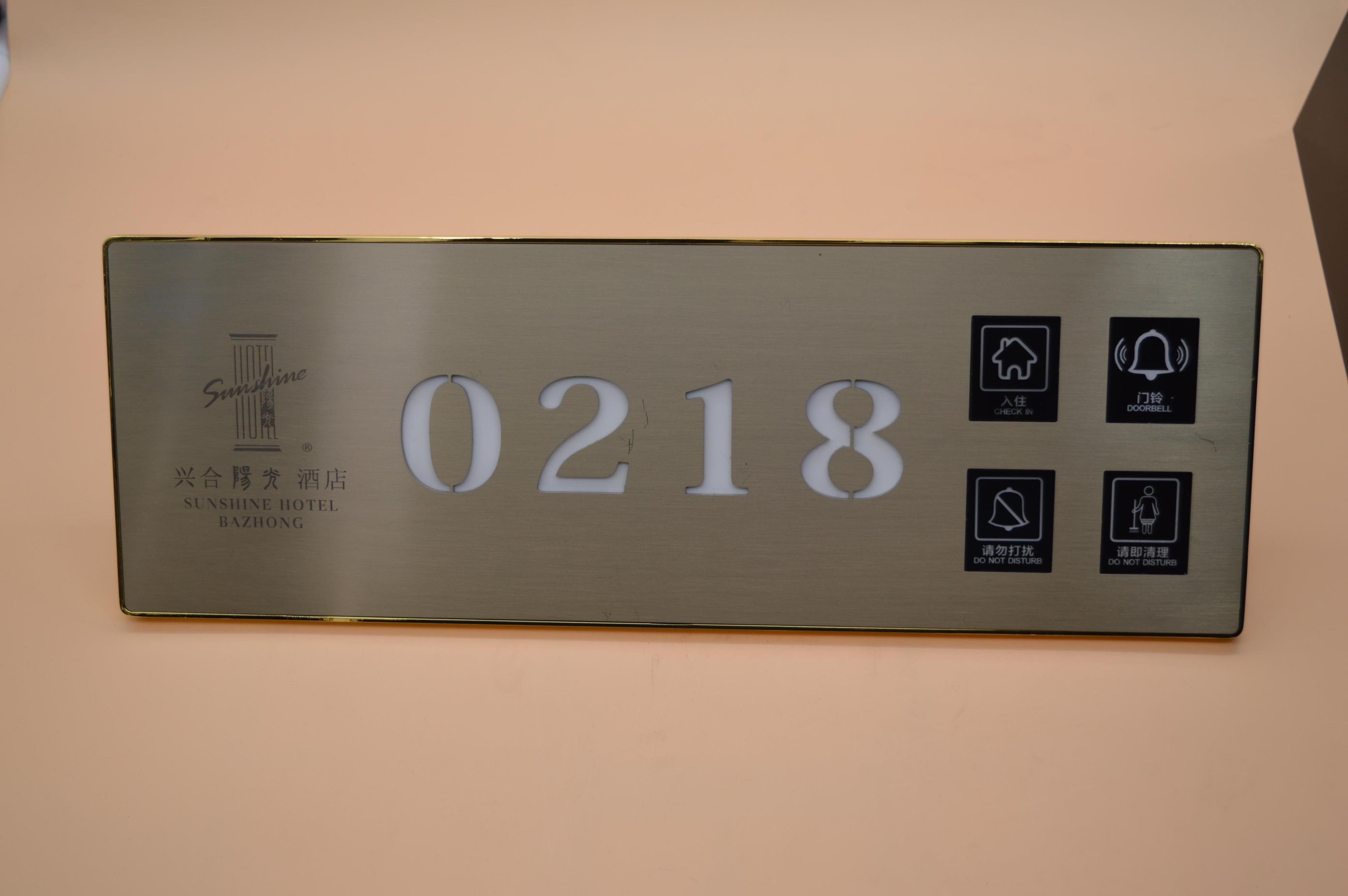 产品名称:130*380酒店宾馆金属数码边框电子门牌门显房号牌产品特点:1、个性化酒店标识,尊显酒店档次2、锌合金边框,高端大气,四次电镀,表面UV处理,3年不生锈长斑。3、钢化玻璃面板永不变形、不变色、防刮花,时尚尊贵的设计风格。4、LCD液晶屏,显示亮度均匀,面积大,档次高。