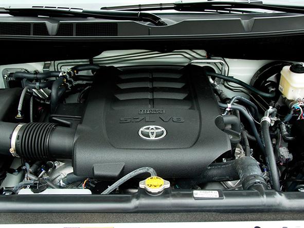 丰田红杉现车 手续齐   丰田的红杉是在 2001年推向北美市场的。其实早在1993年时,丰田就已经向美国的全尺寸皮卡市场发起冲击,但事实证明并不成功。这使得丰田不得不回到设计室,重新设计他们的车型。7年之后,也就是2000年,丰田再一次出击北美全尺寸皮卡市场,他们推出的就是后来大名鼎鼎的tundra。这一次他们获得了巨大的成功,该车在面市的第一年就卖出了14万辆。在有了这样的成功经历后,丰田再次出击全尺寸越野车市场。尽管在此之前,北美的全尺寸越野车市场被美国三大汽车公司把持,但是,丰田还是硬生生地切入