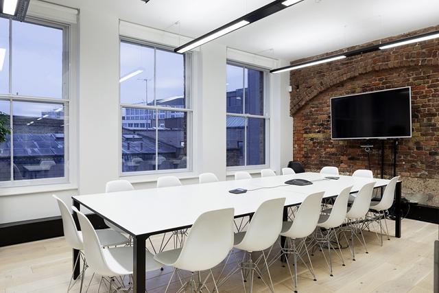 两个会议室,视频会议设备背景墙是复古图片