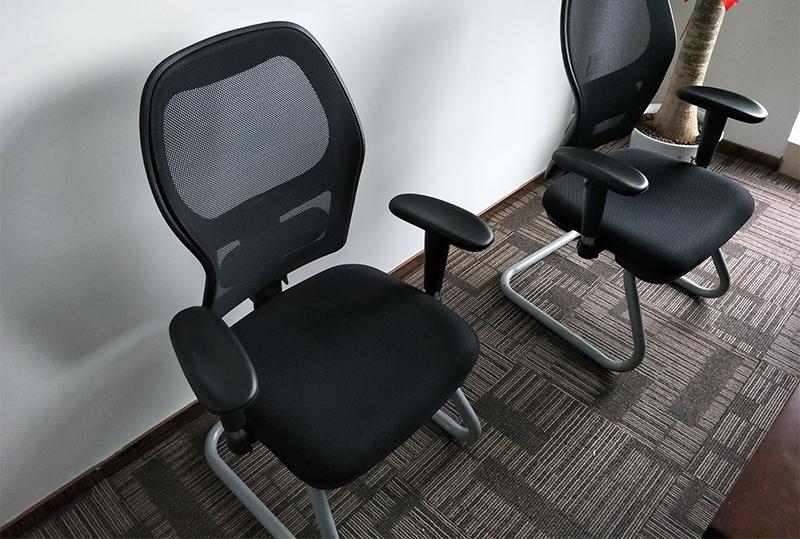 黑色透气靠背扶手员工办公座椅