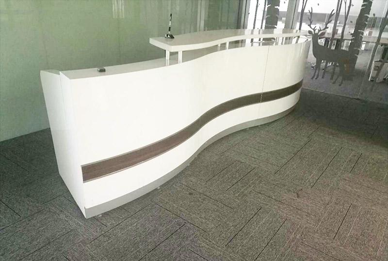 3.2米咖啡色镶边白色烤漆前台