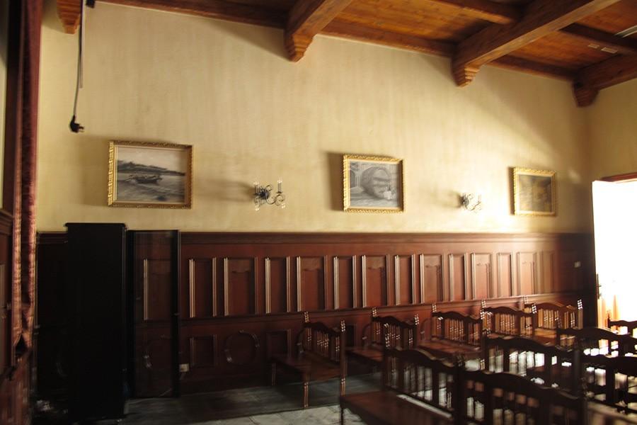 酒窖整体建筑风格为欧式古典建筑,半圆形酒窖的形式,充满张力,高耸的