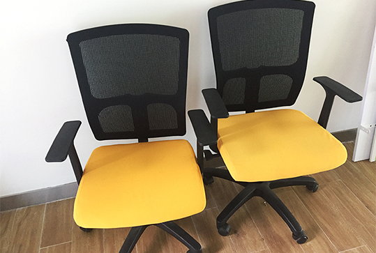 明亮橘黄色透气靠背办公桌椅
