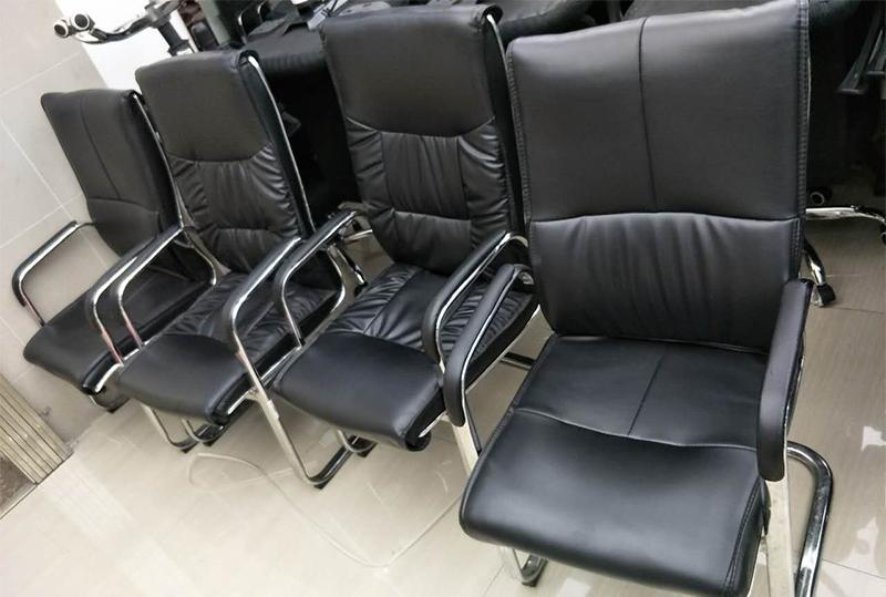 舒适软皮会议室办公桌椅