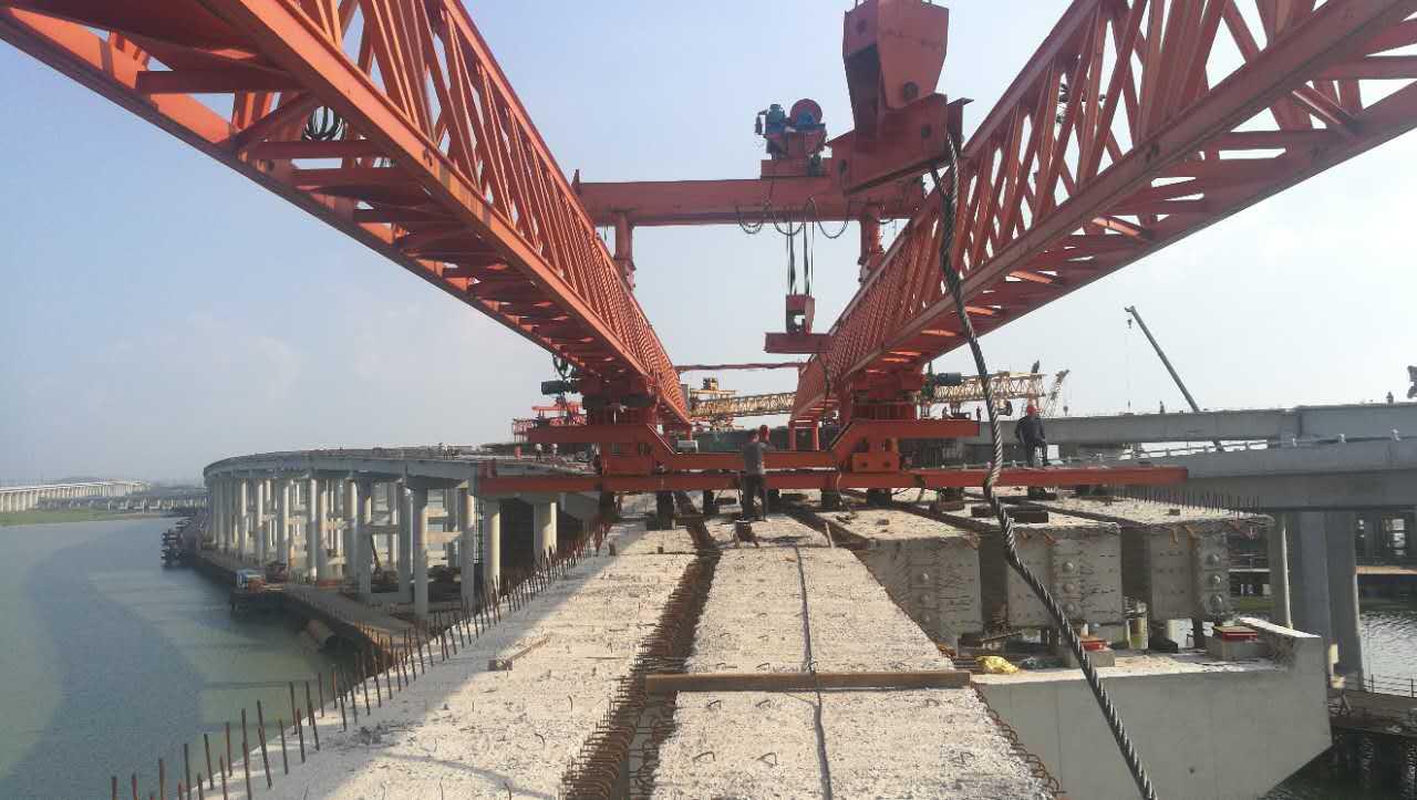 机场快速路改线工程桥梁段主线左右幅T梁全部架设完毕