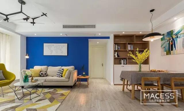 客餐厅一体的设计,让整体空间显得更宽阔。 客厅沙发背景墙上挂上一些特色装饰画,与沙发上的抱枕颜色相呼应,风格统一。电视背景墙选用砖块形状的壁纸,电视下面是一个等长的凹槽,可以用来放遥控器等小物件。 餐厅位置选用一副面积比较大的装饰画,与沙发背景的小画形成对比,与客厅茶几同色的矮柜上摆放小盆栽,与餐桌花卉让整个空间充满生活气息。  这是一个开放式厨房设计,厨房、餐厅、客厅三位一体。 电视背景采用木板上墙设计,不同形状的板材拼接让电