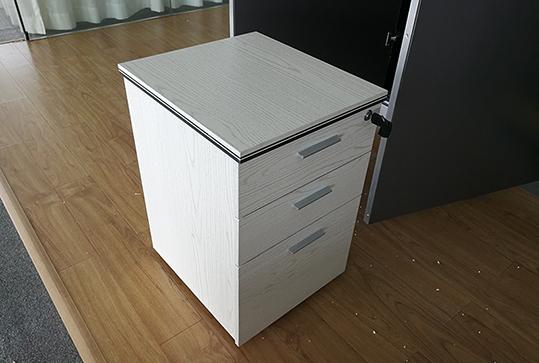 木纹色精致小巧员工储物柜