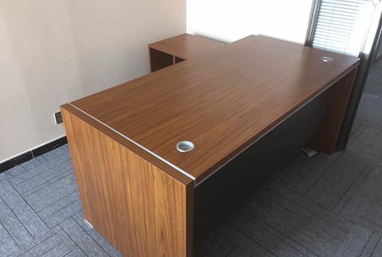 颜色柔和经理办公桌