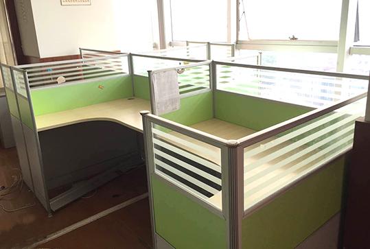 果绿色清新员工办公屏风卡座