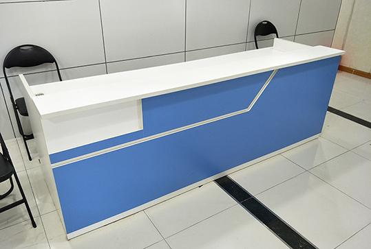 简约蓝色冷静办公前台桌