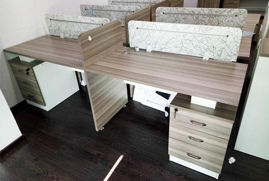 木纹色员工办公桌、办公卡座