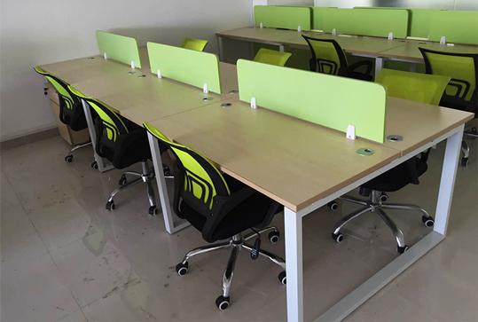 果绿色开放式员工办公桌、办公卡位