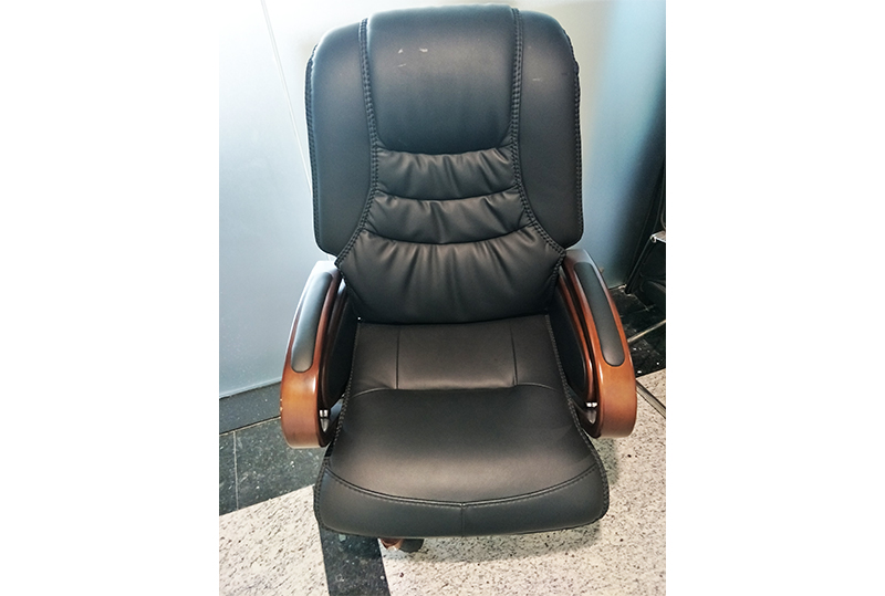 黑色皮革高档舒适大班椅