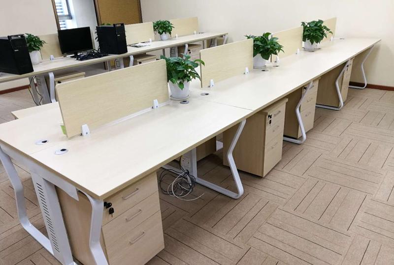 木纹色自然原木开放式员工办公桌、办公卡位