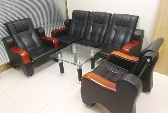 黑色皮革木纹扶手办公沙发
