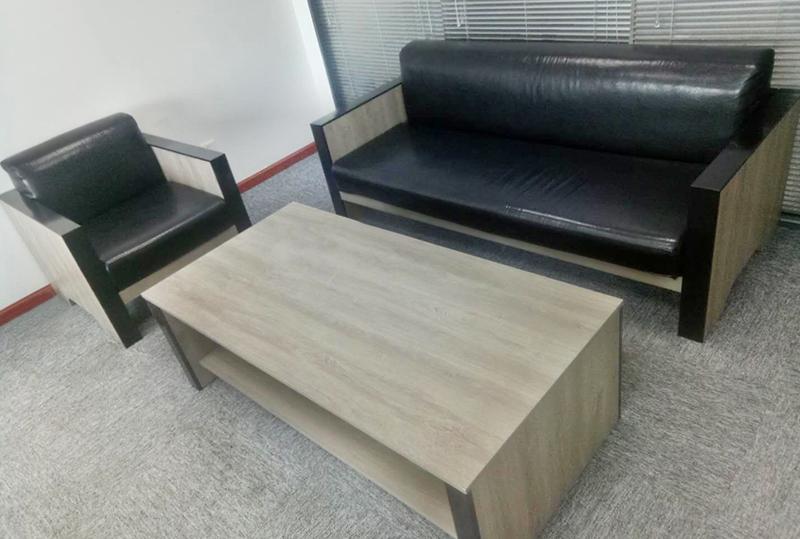 黑色皮质木纹扶手办公沙发