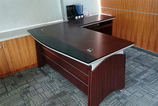红棕色时尚木纹版面经理桌、大班台