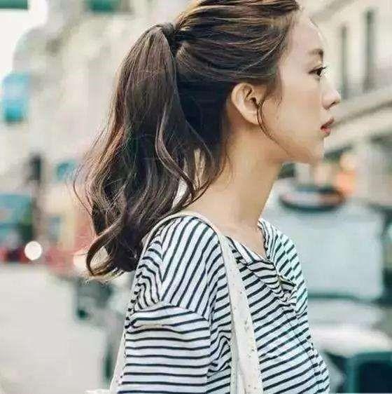 天真浪漫侧马尾女士发型设计,更显嫩图片