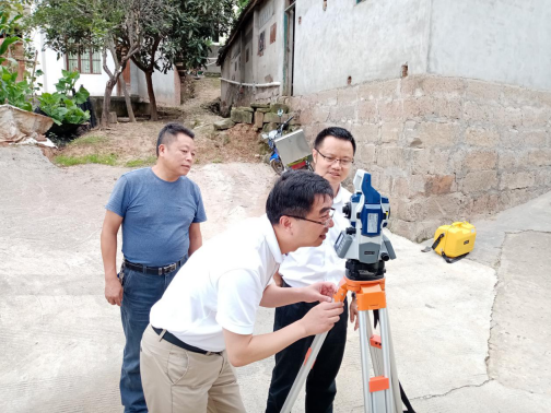 公司总经理陪同川局刘副局长一行  到阆中测区慰问公司一线员工