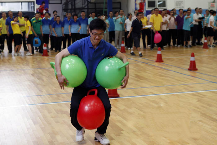 趣味运动会项目:抱夹皮球