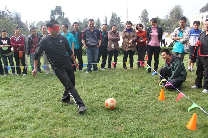 大型团队拓展训练项目:盲人足球