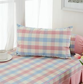 粉色格子方形抱枕