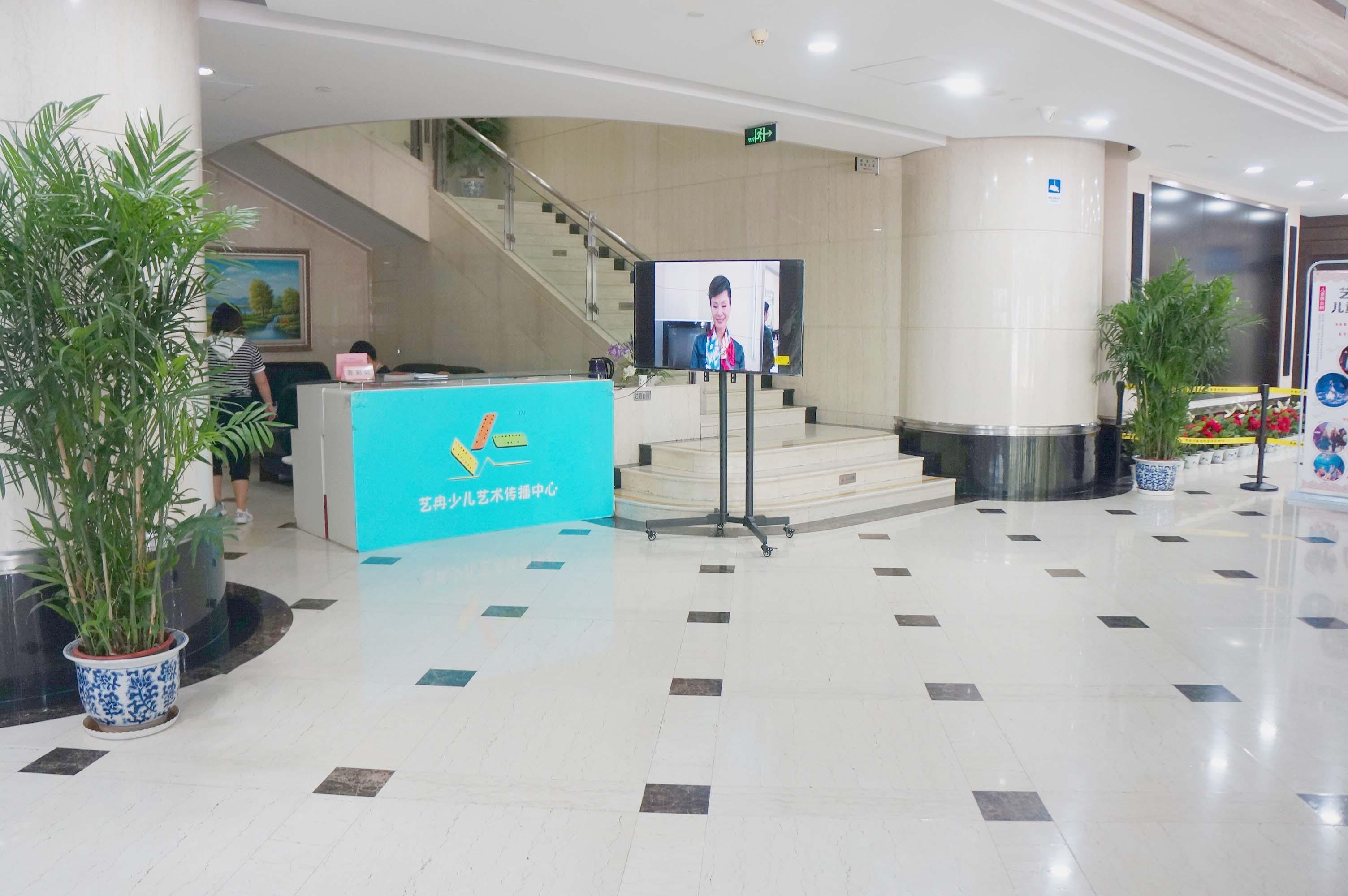 艺冉少儿艺术传播中心一楼大厅展示(3)