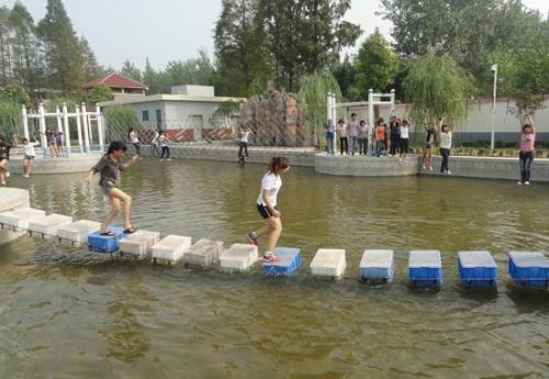 户外水上素质拓展项目:水上圆桶木