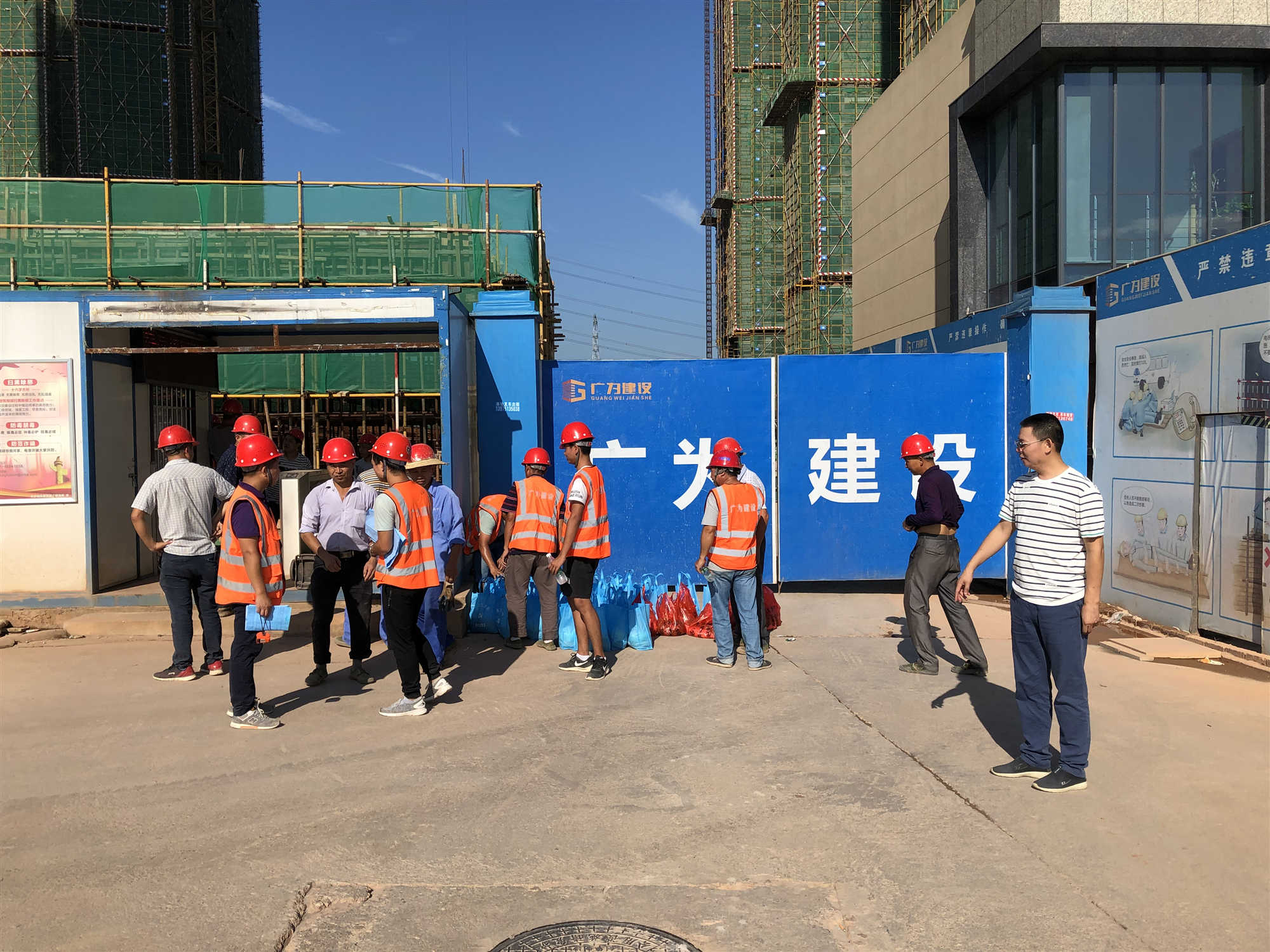 公司范俊坤总经理慰问公司腾博官网在线一线农民工