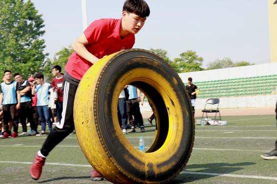 军事拓展训练项目:翻轮胎