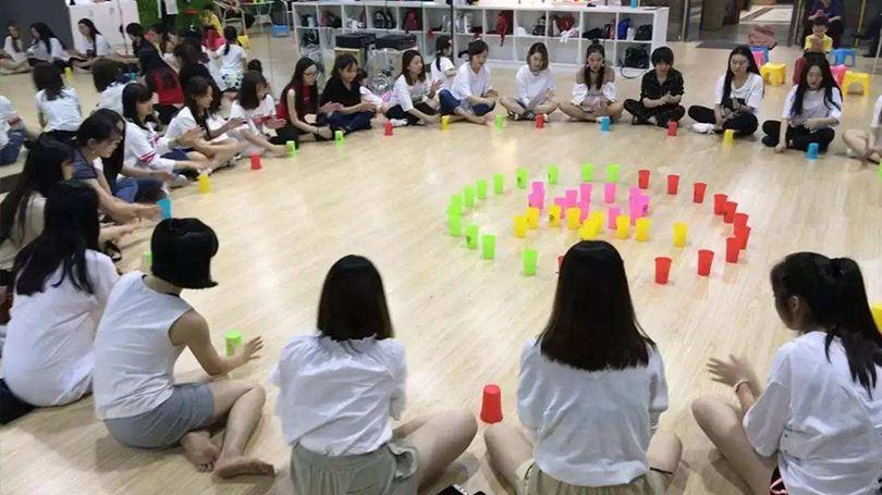 團隊合作拓展訓練項目:杯子舞
