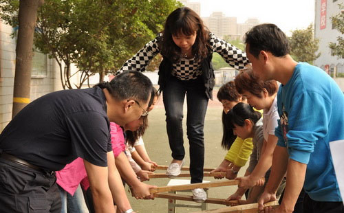 团队配合拓展训练项目:信任天梯