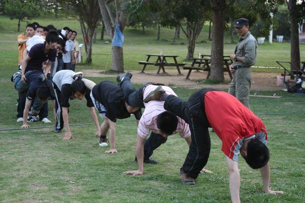 趣味团队拓展训练游戏:八人过河