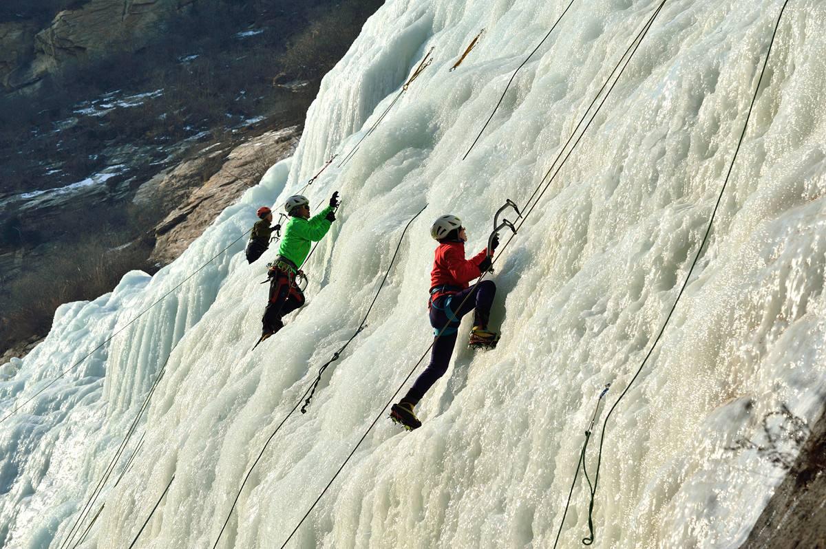 户外高空拓展训练项目:攀冰