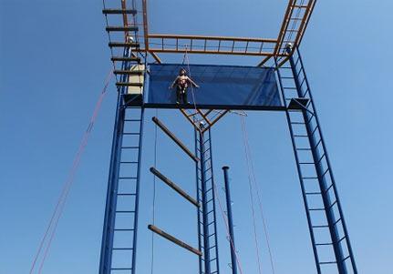 户外高空拓展训练项目:绝壁逢生