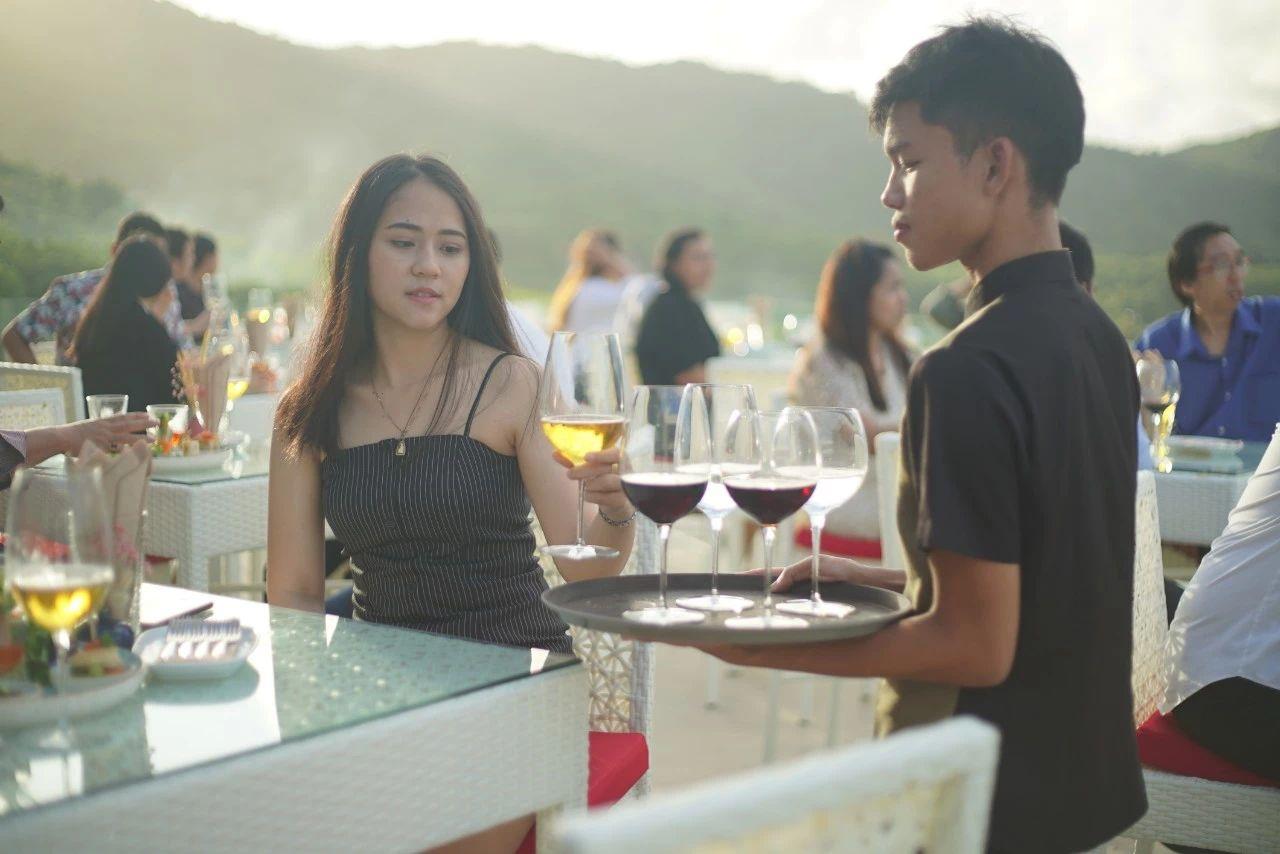 UTN一期「顶层山景餐厅」正式营业!中西泰餐全菜系!