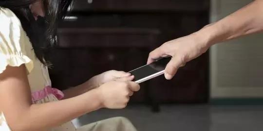 孩子沉迷手机,强行禁止有用吗?