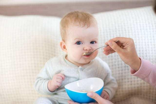 宝宝一添加辅食就干呕!到底是哪里出了问题?