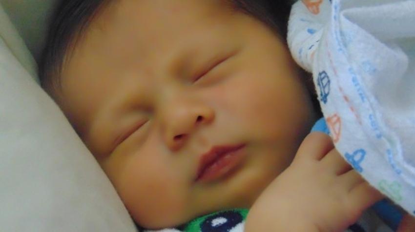 """两个月宝宝一直哭闹,怎么区分""""肠绞痛""""和""""胀气""""?缓解办法?"""
