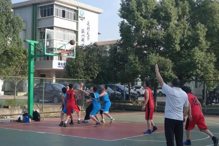 来来来,篮球赛看谁夺取了冠军
