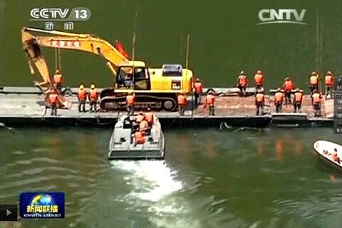 华舟重工应急舟桥在鲁甸地震中及时运送挖掘机