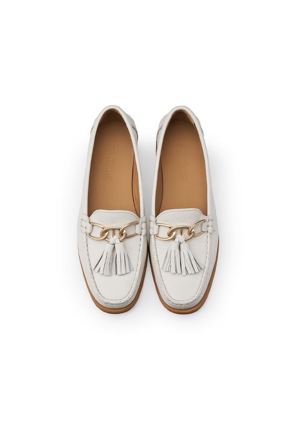 白色金属流苏饰扣牛皮平跟乐福鞋
