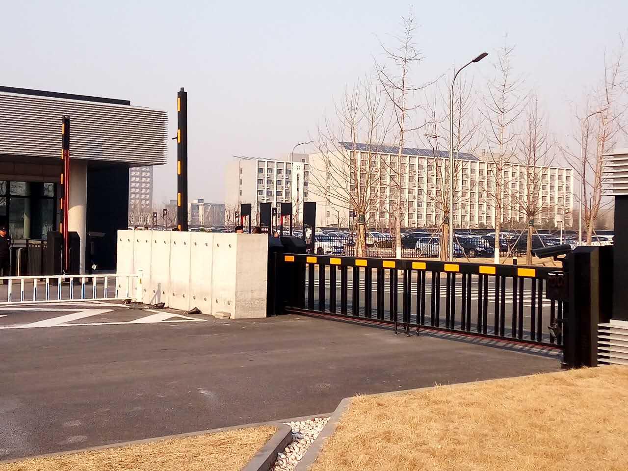 宝沃汽车空降门、通道闸、旗杆、围栏等一站式采购